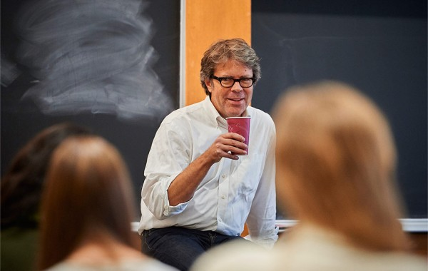 Jonathan Franzen addresses students