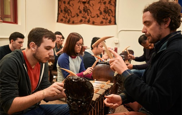 Professor Peter Steele leads a class on Balinese Gamelan music. (Photo by Zoe Zhong '17)