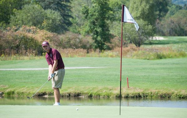 Ryan Allison '17 making a putt