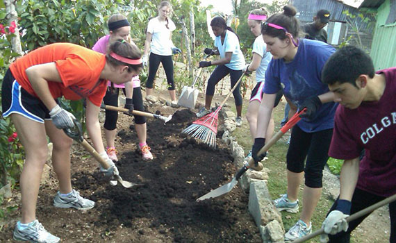 Students in the Dominican Republic on a COVE alternative winter break trip.