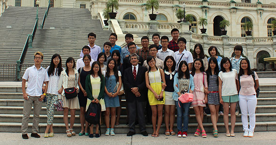 Alan Frumin '68, 'P07 stands with the visiting Chinese students at the U.S. Capitol.