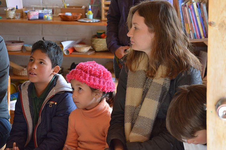 Patricia Moscicki '18 sits with young students from the Comunidad Educativa Tamujé Iwigara in Creel, Chihuahua